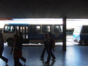 ホノルル空港の古いシャトルバス@ハワイ家族旅行