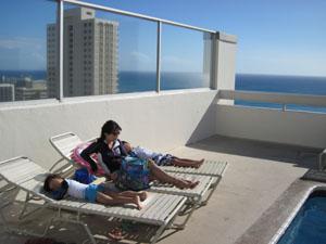 屋上プールで日光浴@ハワイ家族旅行
