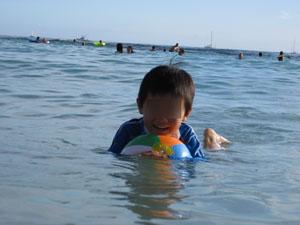 ビーチボールで遊ぶ長男6歳@ハワイ家族旅行
