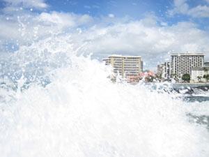 写真撮影中に大波をかぶる@ハワイ家族旅行