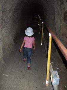 ダイヤモンドヘッド頂上近くのトンネル@ハワイ家族旅行