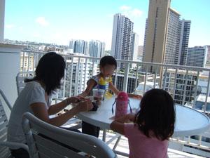 アストン・パシフィック・モナークのテラスで昼食@ハワイ家族旅行