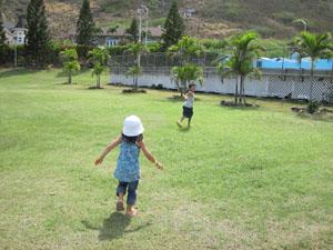 シーライフパークの広場でかけっこ@ハワイ家族旅行
