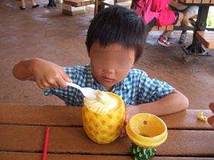 パイナップル型容器に入ったパイナップルアイスクリーム&ジュース@ハワイ家族旅行