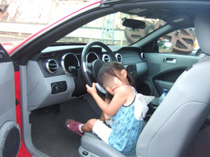 マスタング・コンバーチブルを運転する長女4歳@ハワイ家族旅行