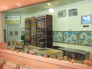 ノースショア・ソープ・ファクトリーの店内で石鹸を製造@ハワイ家族旅行