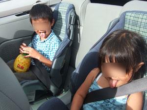 シェイブアイスを食べて舌が青くなった子供たち@ハワイ家族旅行