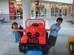 ヤッターマンの真似をする子供たち@ハワイ家族旅行