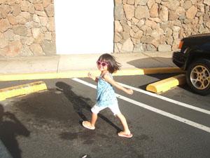 ポストオフィスへ行く長女4歳@ハワイ家族旅行
