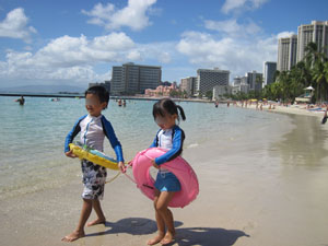 ワイキキビーチで仲良く歩く@ハワイ家族旅行
