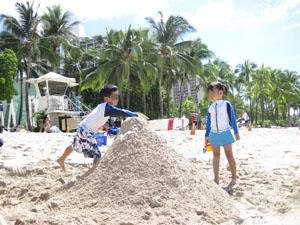 ワイキキビーチで巨大砂山作成計画@ハワイ家族旅行