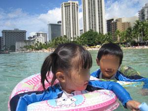 ワイキキビーチでプカプカ浮かぶ子供たち@ハワイ家族旅行