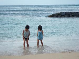 ワイキキビーチで遊ぶ子供たち@ハワイ家族旅行