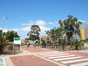 Curtin University of Technologyのバス停に直結したキャンパス入口