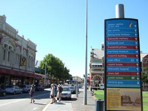 街並みと案内板@フリーマントル,オーストラリア