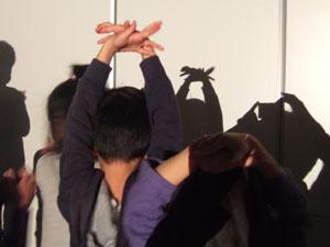 リアルなカニの手影絵を作る長男長女@私のしごと館