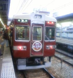 鉄道マニアに取り囲まれた阪急の車両