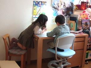 カリモクの学習机で勉強する長男と長女