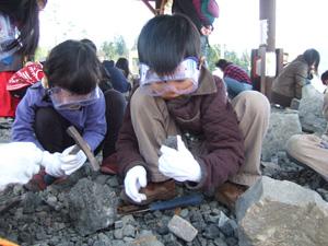恐竜化石発掘に熱中する長男長女@かつやま恐竜の森