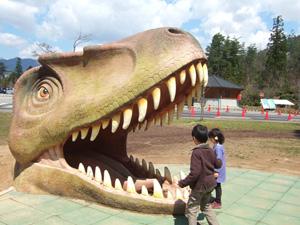 滑り台の下にティラノサウルス?@かつやま恐竜の森