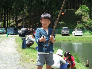 ニジマスを釣り上げてご満悦の長男@リバーランズ角川,滋賀県