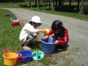 釣り上げたニジマスで遊ぶ長女と友達@リバーランズ角川,滋賀県