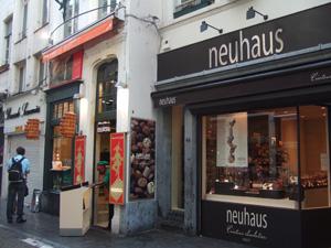 小便小僧の隣のノイハウス(Neuhaus)@ブリュッセル, ベルギー
