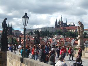 賑やかなカレル橋から望むプラハ城@プラハ