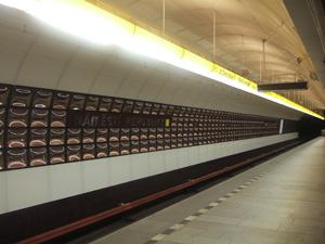 地下深くを走るメトロの共和国広場駅@プラハ