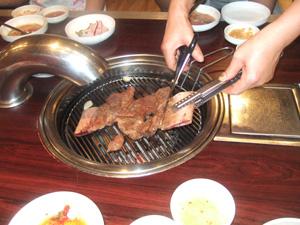 ハサミで切られる骨付きカルビ@韓国ソウル
