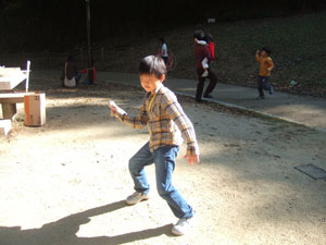 独楽(コマ)で遊ぶ長男7歳@宝ヶ池子どもの楽園