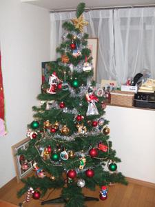 思い出のオーナメントで飾られたクリスマスツリー