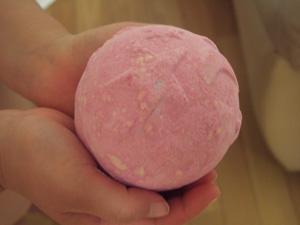 ピンクの風呂爆弾(Bath Bomb)
