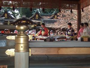 平野神社の神幸祭で琴を奏でる女性@京都