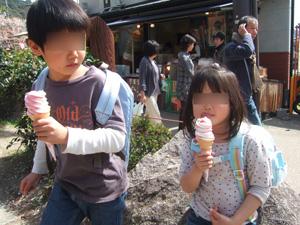 大文字山登山を終えてアイスクリームを食べる長男長女@京都