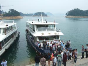 学会参加者で賑わう遊覧船@中国杭州千島湖
