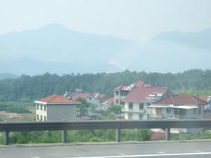 千島湖から杭州へ向かうバスから見た田舎町の屋根にはソーラーパネル