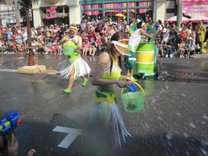 バケツで水をかける@ウォーター・サプライズ・パーティ(USJ)