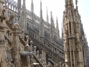 ドゥオーモ(Duomo)の屋根を飾る彫刻や尖塔@ミラノ