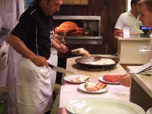 一種類のピザを焼きまくり,切りまくる@ミラノのピッツェリアSpontini