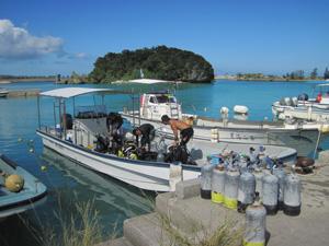 ダイビングショップのボート@沖縄研究室旅行
