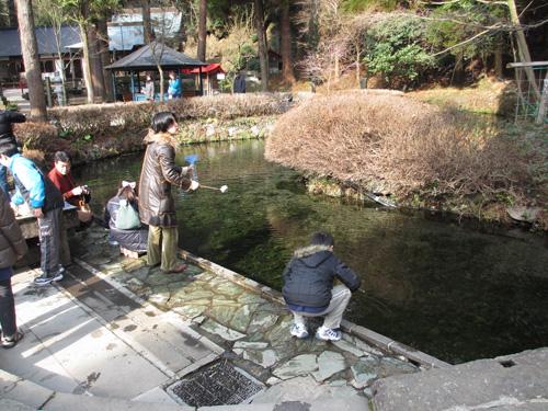 多くの人が水を汲む白川水源@阿蘇