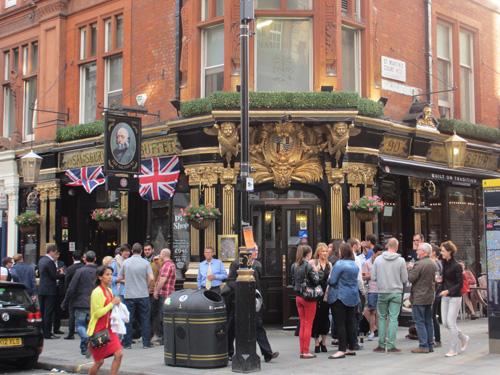 パブの外でビールを飲む人達@ロンドン