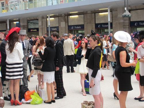 ロイヤルアスコットに向かう紳士淑女@ロンドンのウォータールー駅