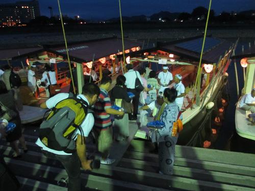 鵜飼観覧船に乗り込む学会参加者@長良川