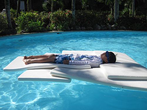 ウォータースライダー用シートで寝る@ホテルニッコーグアム