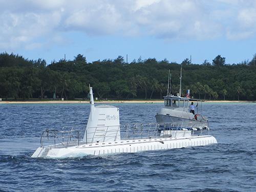 海面から姿を現す潜水艦アトランティス