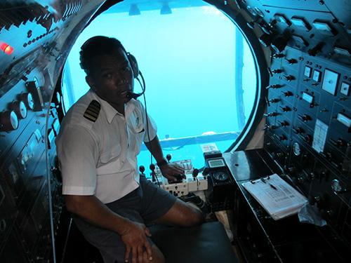 潜水艦アトランティス号の艦長と操縦室