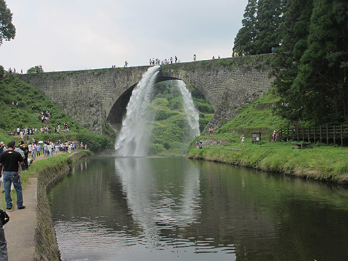 迫力ある通潤橋の放水