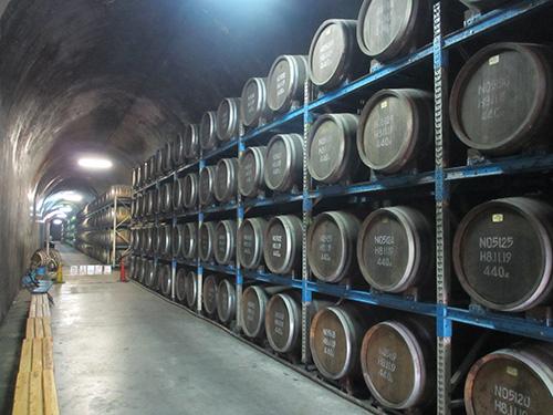 神楽酒造のトンネルを利用した長期焼酎貯蔵庫